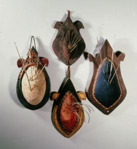 Porte aiguille de bourrelier. Le bourrelier. Les artisans du cuir, collections Humbert. PHoto Archives du musée des Arts populaires de Laduz