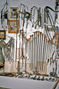 Rembourroirs du bourreliers. Le bourrelier. Les artisans du cuir, collections Humbert. PHoto Archives du musée des Arts populaires de Laduz
