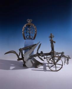 Charrue (maquette) et fers à chevaux. Photo © Gilles Puech / Musée des arts populaires de Laduz