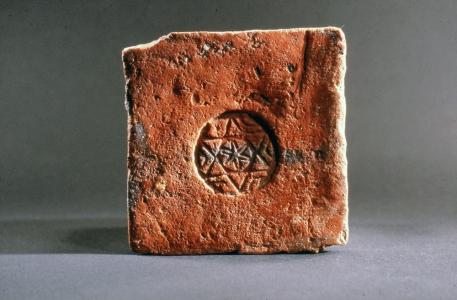Carrelage ancien. Collection Humbert : Les artisans de la pierre, de la terre et du verre. Photo archives du musée des Arts populaires de Laduz
