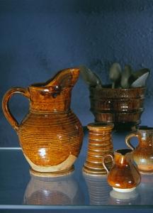 Pots en grès de Puisaye. Collection Humbert : Les artisans de la pierre, de la terre et du verre. Photo archives du musée des Arts populaires de Laduz