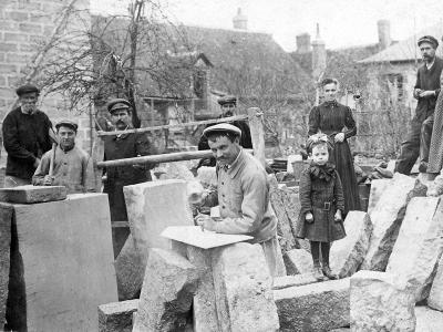 Tailleurs de pierre. Collection Humbert : Les artisans de la pierre, de la terre et du verre. Photo archives du musée des Arts populaires de Laduz