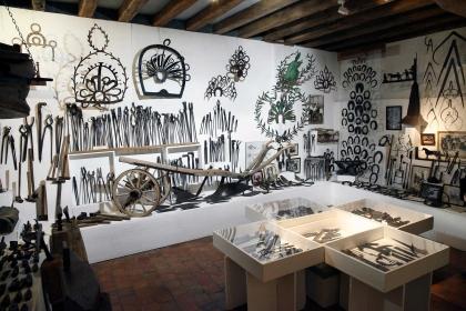 Salle du musée : le forgeron, le maréchal-ferrant, le charron. Photo © Anne Nguyen Dao / Musée des Arts populaires de Laduz