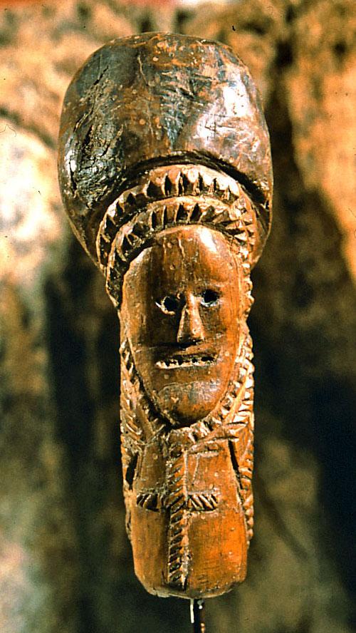 Tête de canne sculptée en bois.