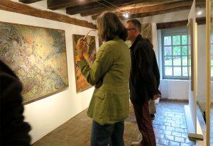 Visiteurs au cours d'une exposition d'oeuvres de Raymomd Humbert.