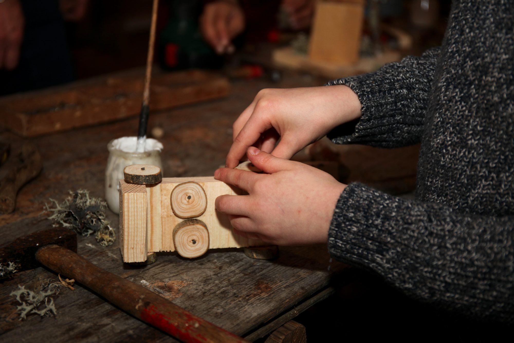 Fabrication d'un véhicule. Atelier bois - classe de CM1. Janvier 2018. Photo© Anne Nguyen Dao / Musée de Laduz